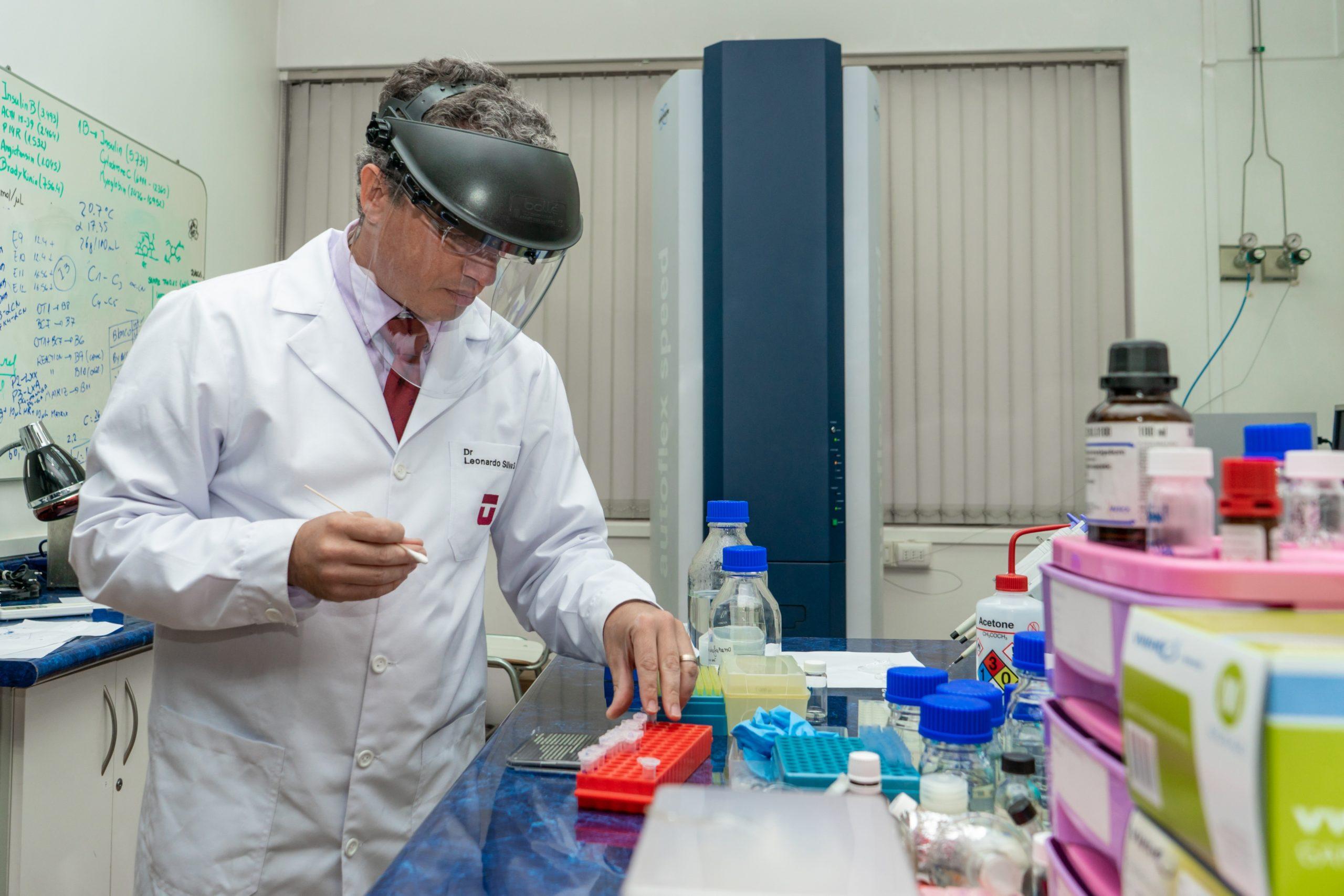 Dr. Leonardo Silva analizando muestras de COVID-19 con técnica de espectrometría
