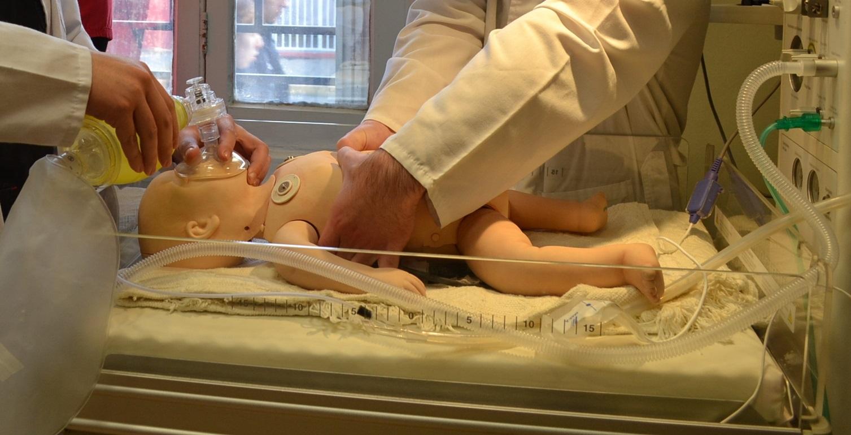 Obstetricia y Puericultura brinda curso de reanimación neonatal a funcionarios de la Clínica Lircay